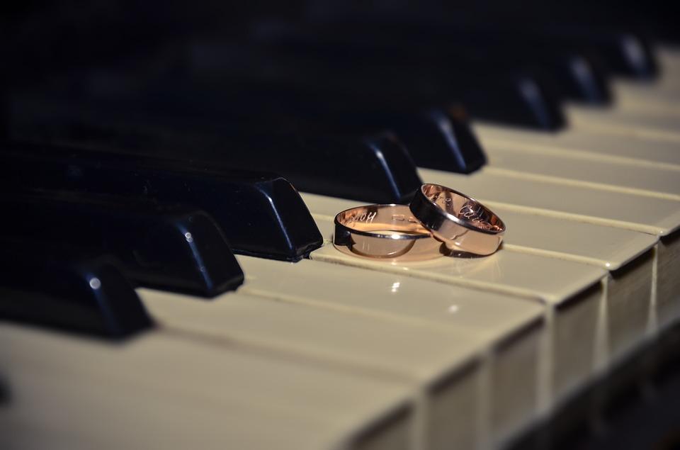 Zenekar vagy DJ?- Avagy ki legyen az esküvői zeneszolgáltató?