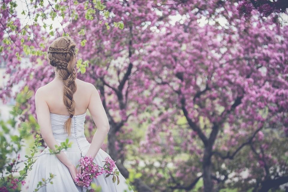 Szabadtéri esküvőt szeretnél? – Ezekkel az előnyökkel és hátrányokkal számolj!
